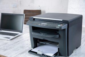 stampante laser con operatrice